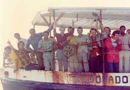Kubanische Flüchtlinge in einem überfüllten Boot während der Mariel-Bootskrise. | Bildquelle: https://de.wikipedia.org/wiki/Mariel-Bootskrise#/media/Datei:Mariel_Refugees.jpg © | Bilder sind in der Regel urheberrechtlich geschützt