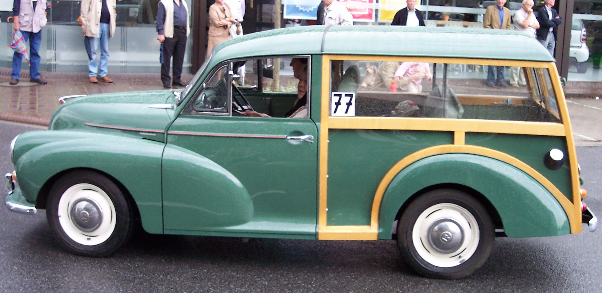 https://upload.wikimedia.org/wikipedia/commons/f/f6/Morris_Minor_1000_green_woody_l.jpg