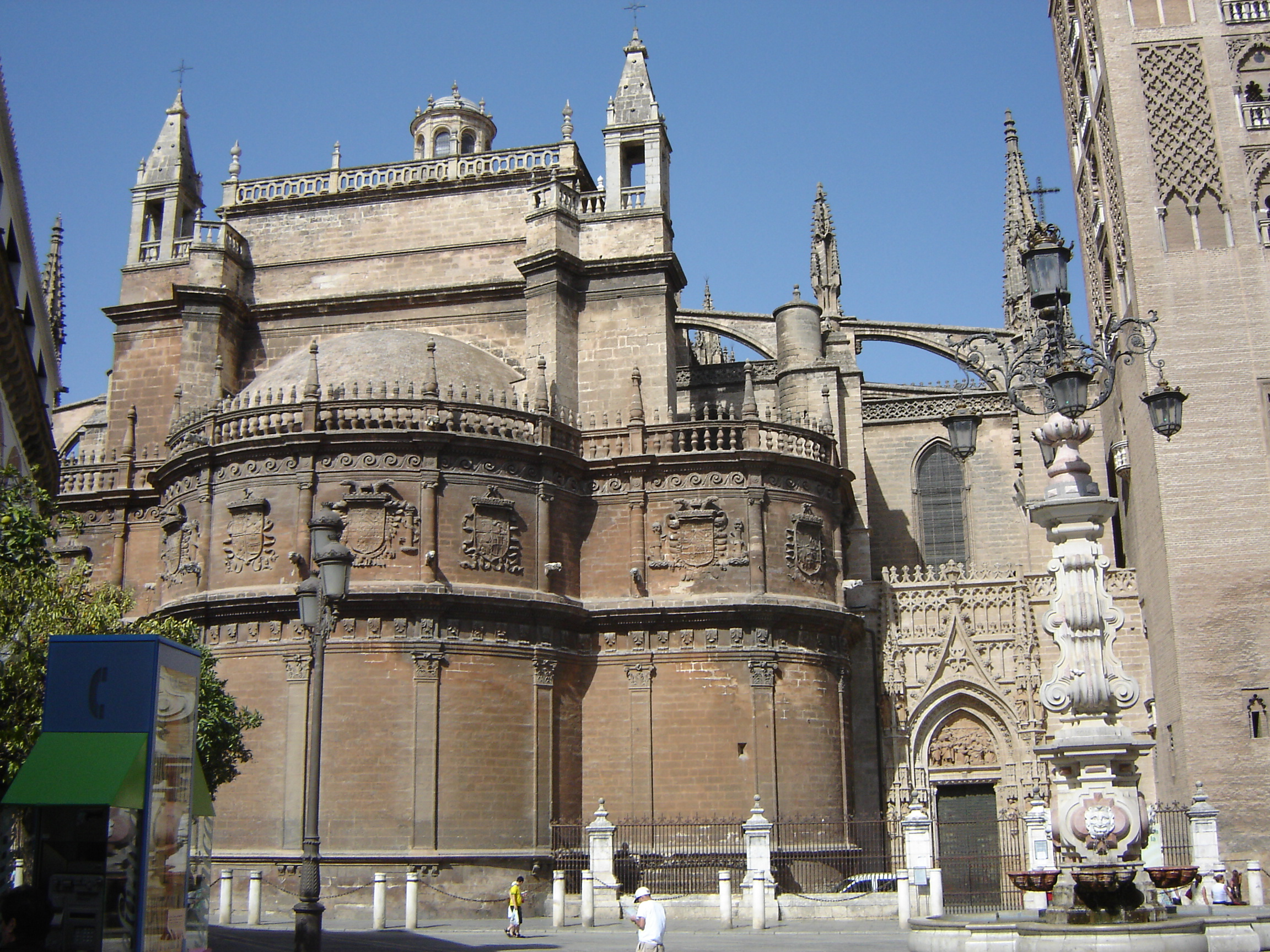 File sevilla cathedral exterior jpg wikimedia commons for Exterior catedral de sevilla