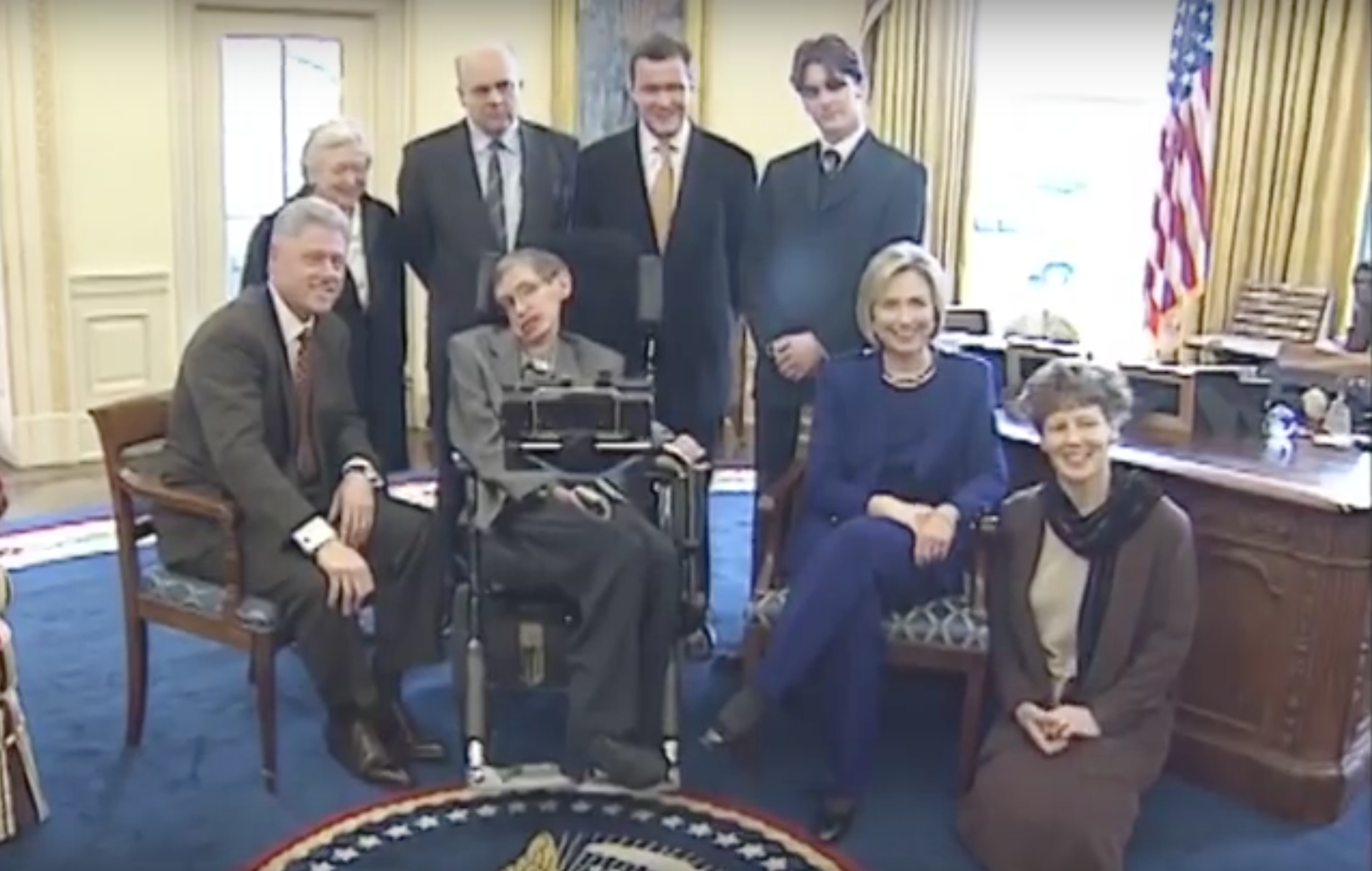 File Stephen Hawking And Clintons In White House March 5