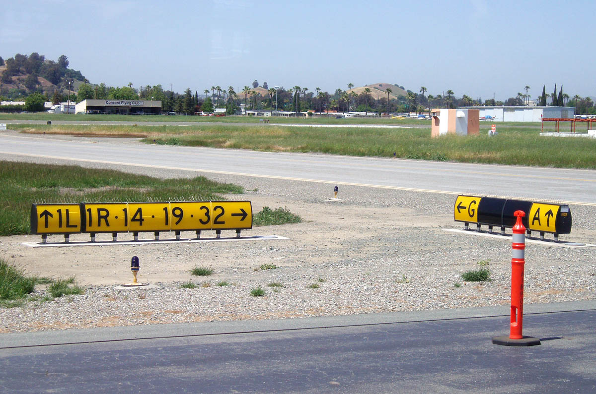 File:Taxiway signs at Buchanan Field Airport.jpg - Wikimedia Commons