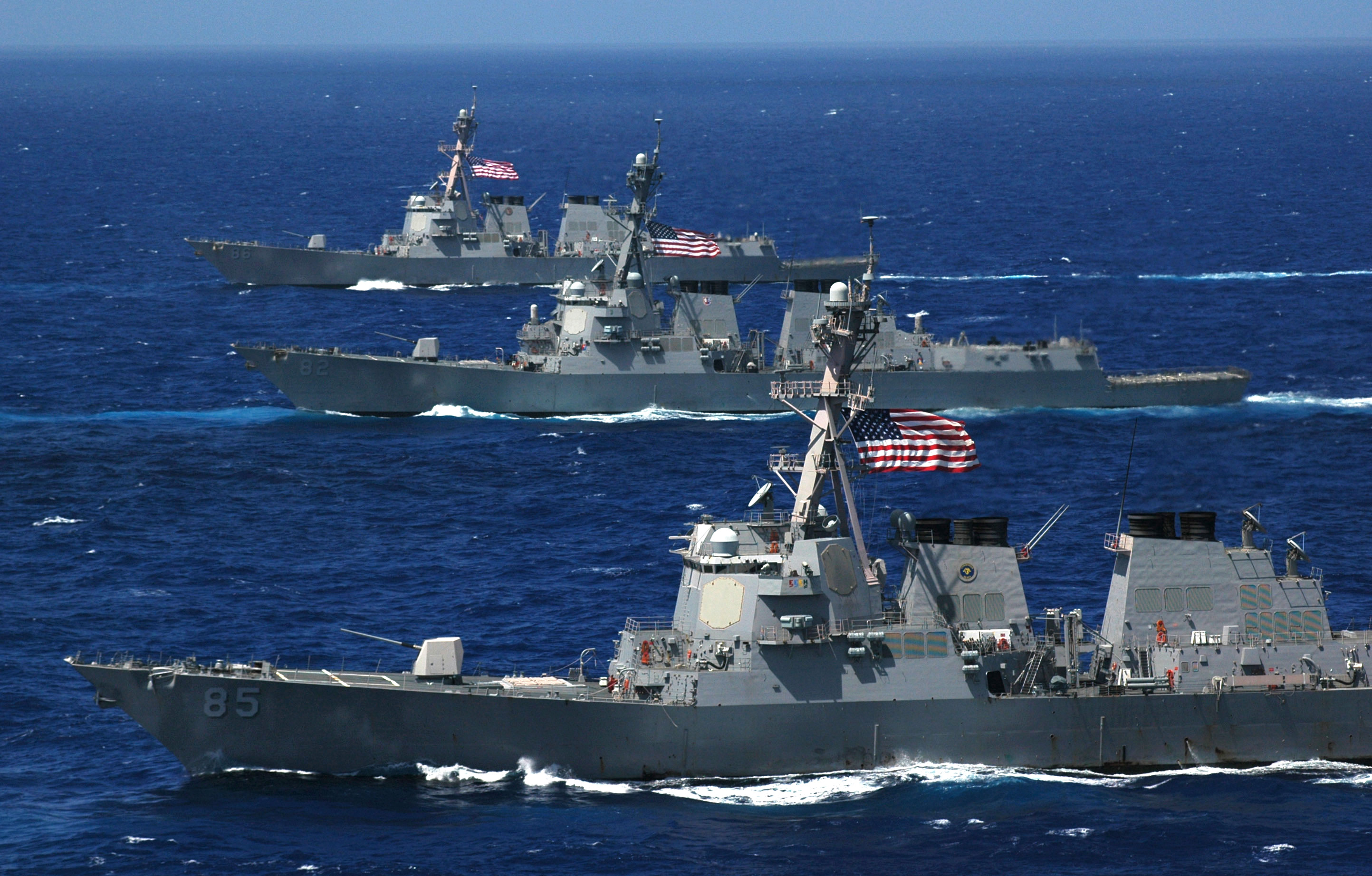 armée americaine - Page 2 US_Navy_060618-N-8492C-066_Three_Arleigh_Burke-class_guided-missile_destroyers,_the_USS_McCampbell_(DDG_85),_USS_Lassen_(DDG_82)_and_USS_Shoup_(DDG_86)_steam_in_formation_during_a_photo_exercise_(PHOTOEX)_for_Valiant_Shield_200