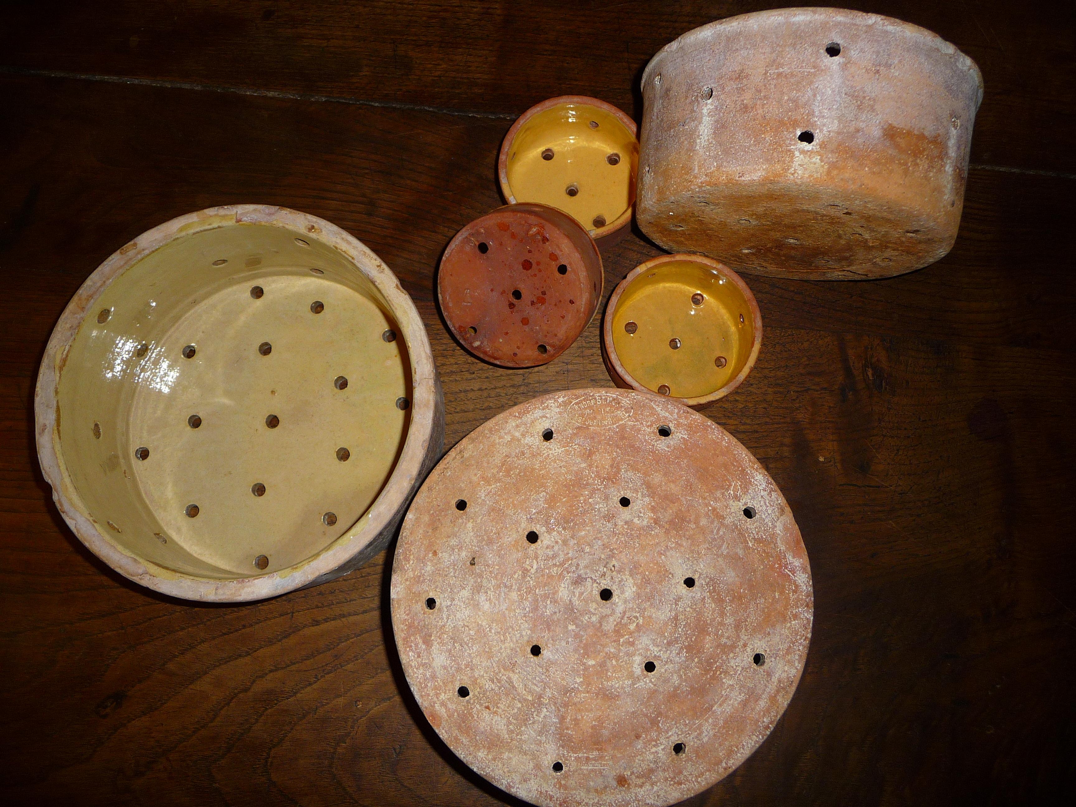 Vieux moules (faisselles) en terre cuite fabriqués à Saint-Jean-du-Bruel pour du fromage de brebis: Pérail de ferme et Roquefort.