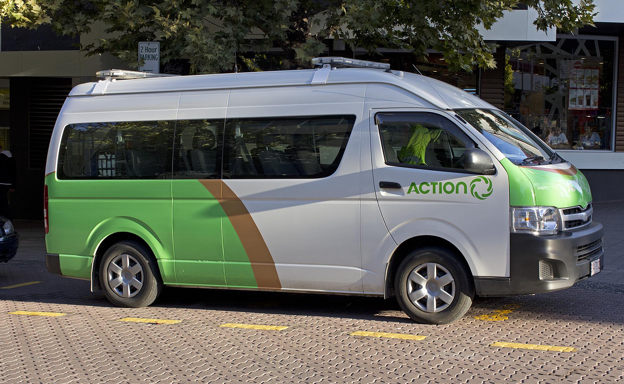 File Action 214 712 Toyota Hiace Commuter Jpg Wikipedia