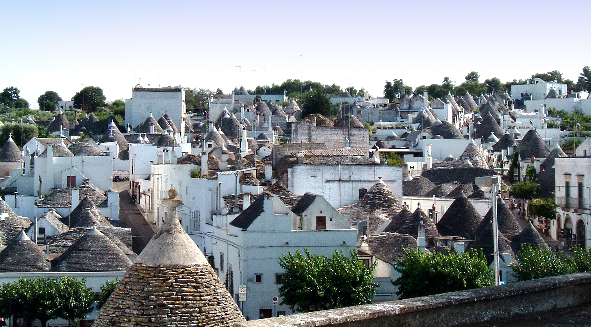 https://upload.wikimedia.org/wikipedia/commons/f/f7/Alberobello_retouched.jpg