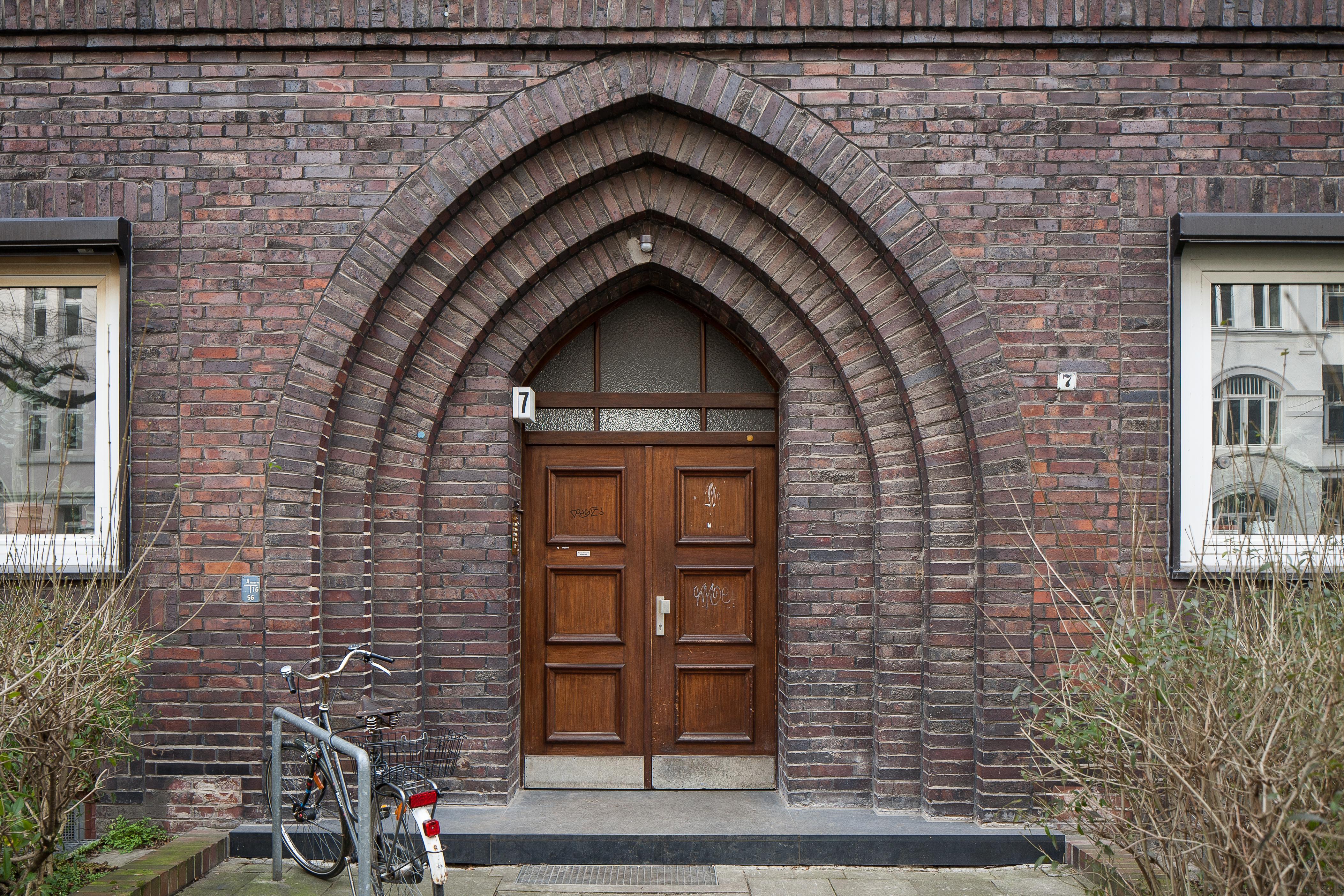 File:Apartment Building Door Kuechengartenstrasse Linden Hanover Germany