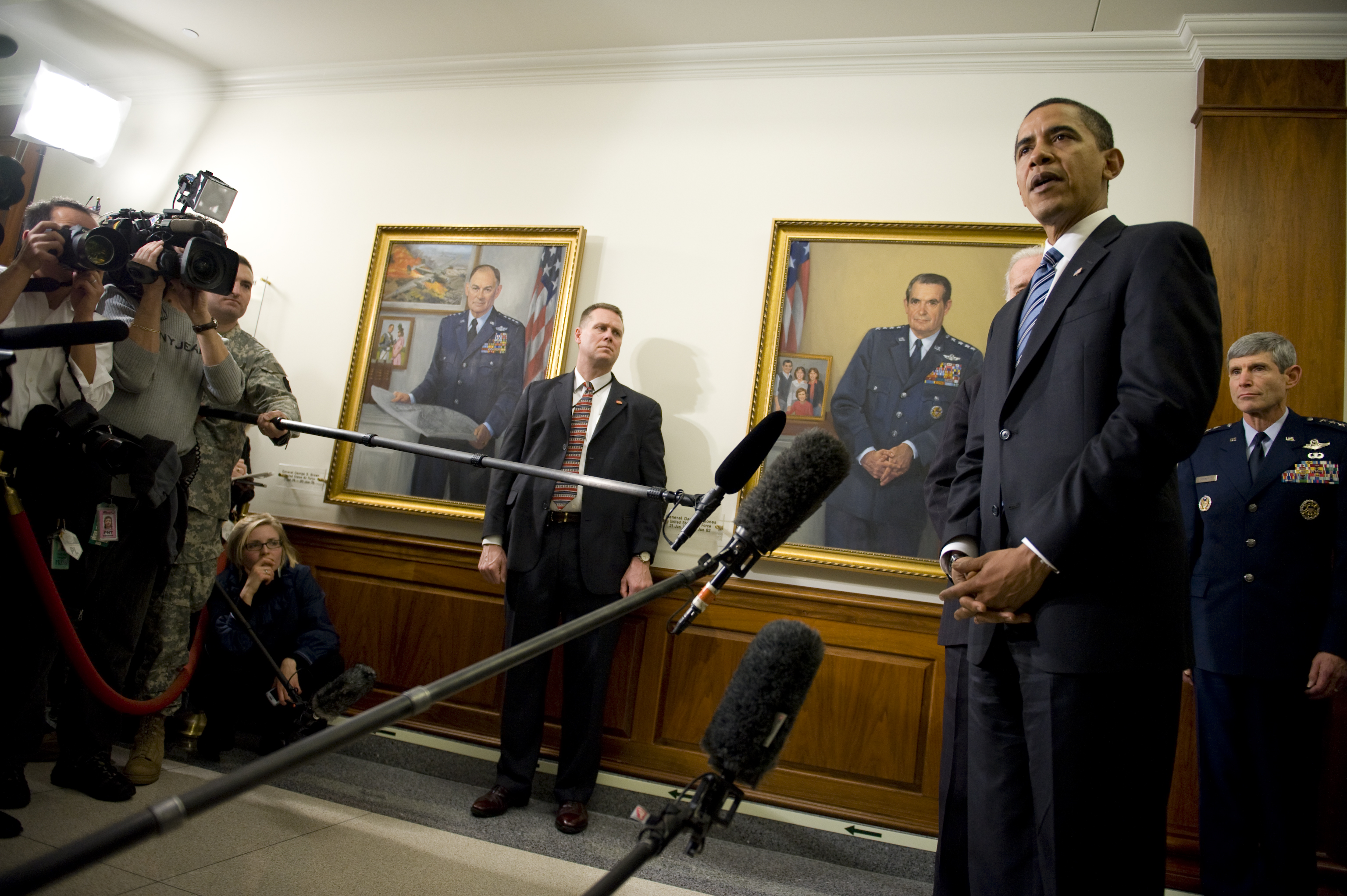 http://upload.wikimedia.org/wikipedia/commons/f/f7/Barack_Obama_makes_first_visit_to_the_Pentagon_1-28-09_3.jpg