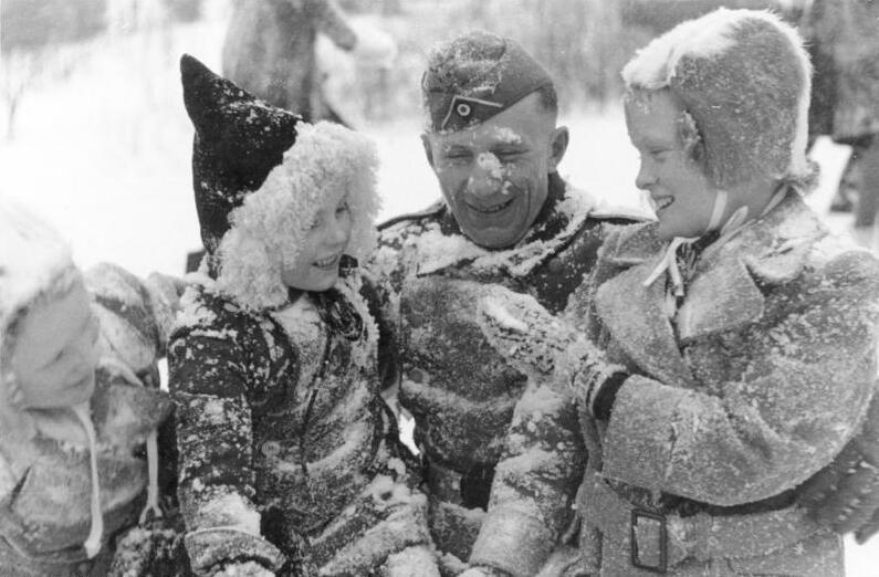Bundesarchiv Bild 101I-091-0175-30, Norwegen, Soldat mit Kindern.jpg