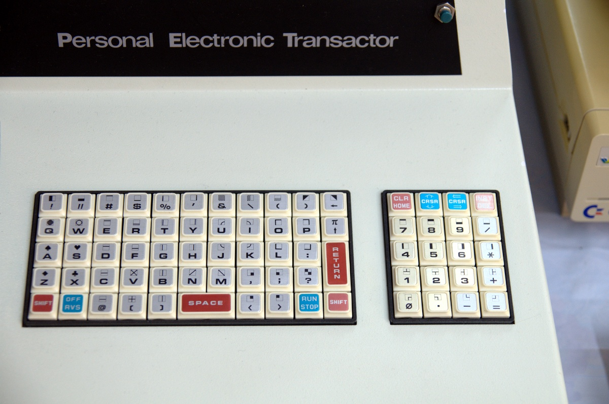 File:Commodore PET keyboard - Retrosystems 2010.jpg - Wikimedia Commons