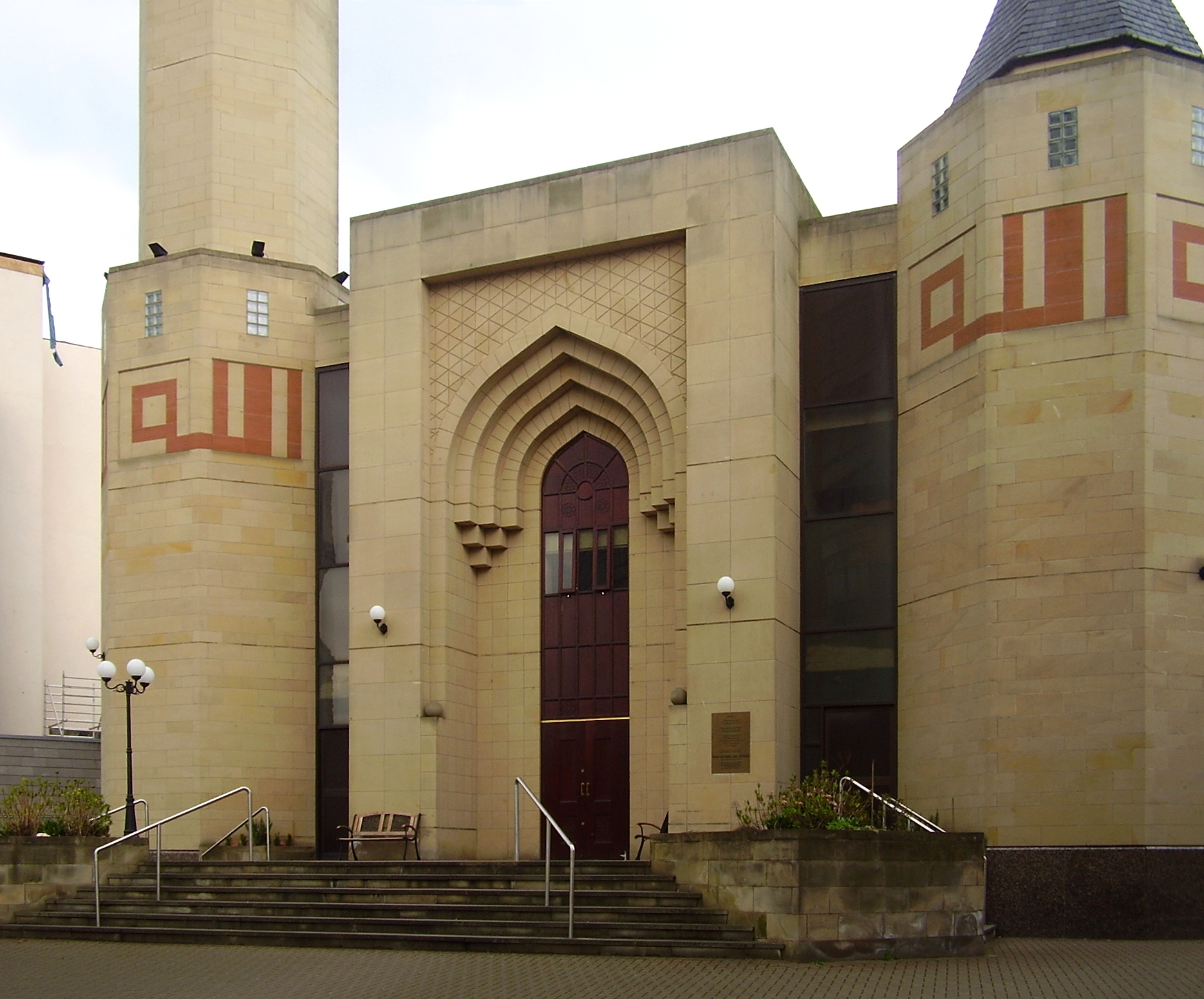 http://upload.wikimedia.org/wikipedia/commons/f/f7/Edinburgh_central_mosque_edit.jpg