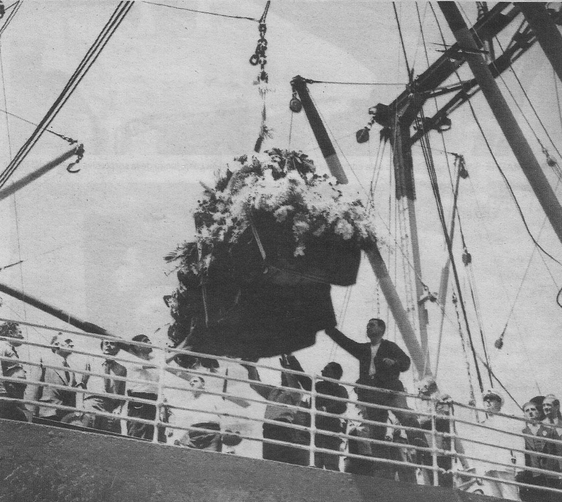 El féretro con los restos de Carlos Gardel arribando a Buenos Aires, para sus funerales e inhumación, en 1936.
