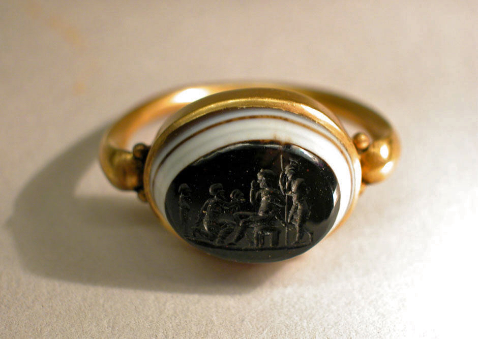 Gold ring with onyx intaglio