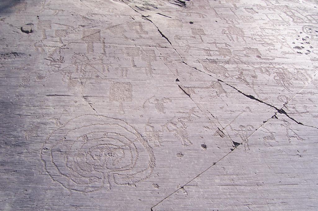 Labirinto, armati e figure di paletta, Parco di Naquane R 1, Capo di Ponte, Val Camonica. Foto di Luca Giarelli, CC BY-SA 3.0 via Wikimedia Commons