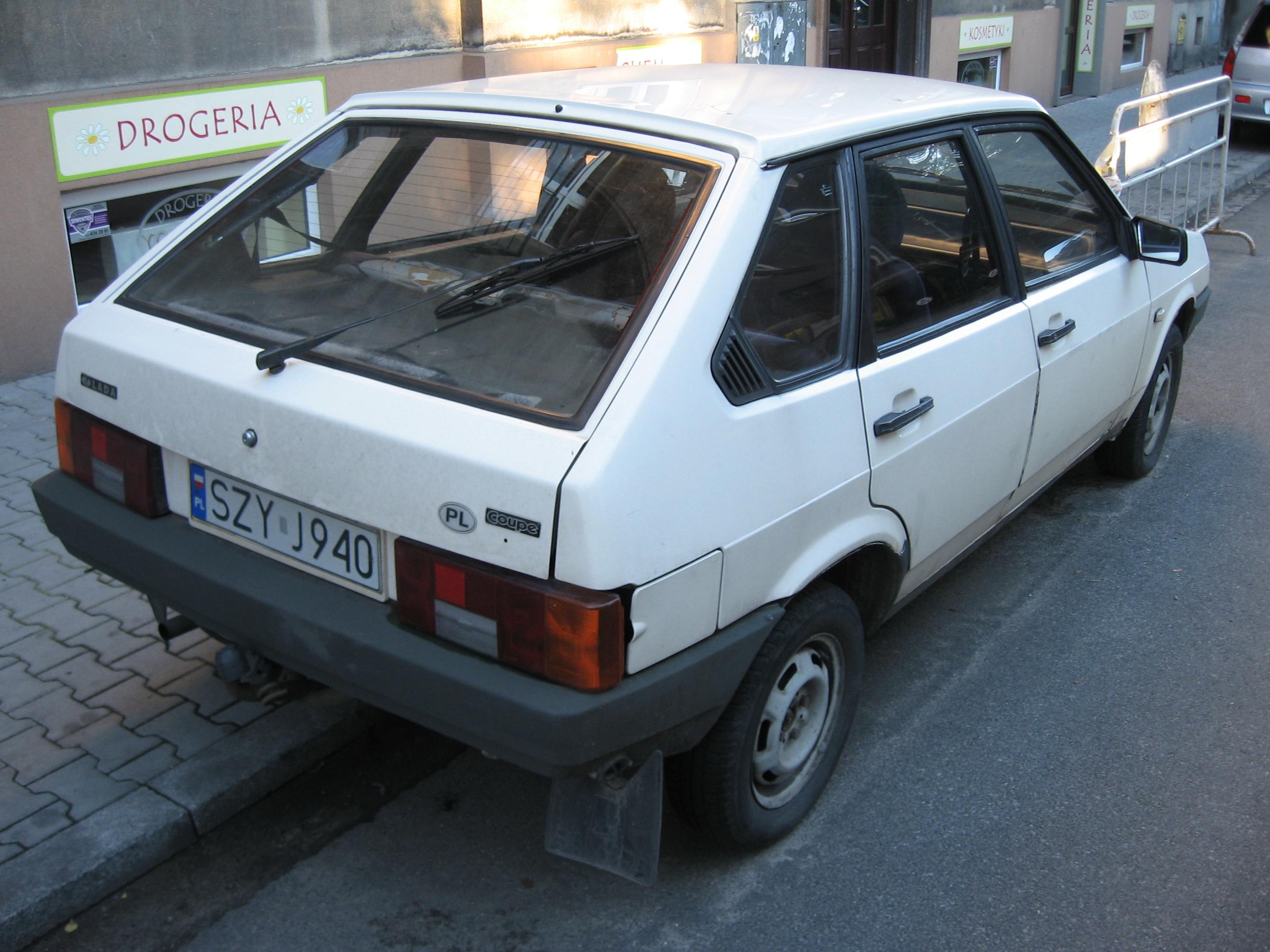 File:Lada Samara 2109 in Kraków (3).jpg