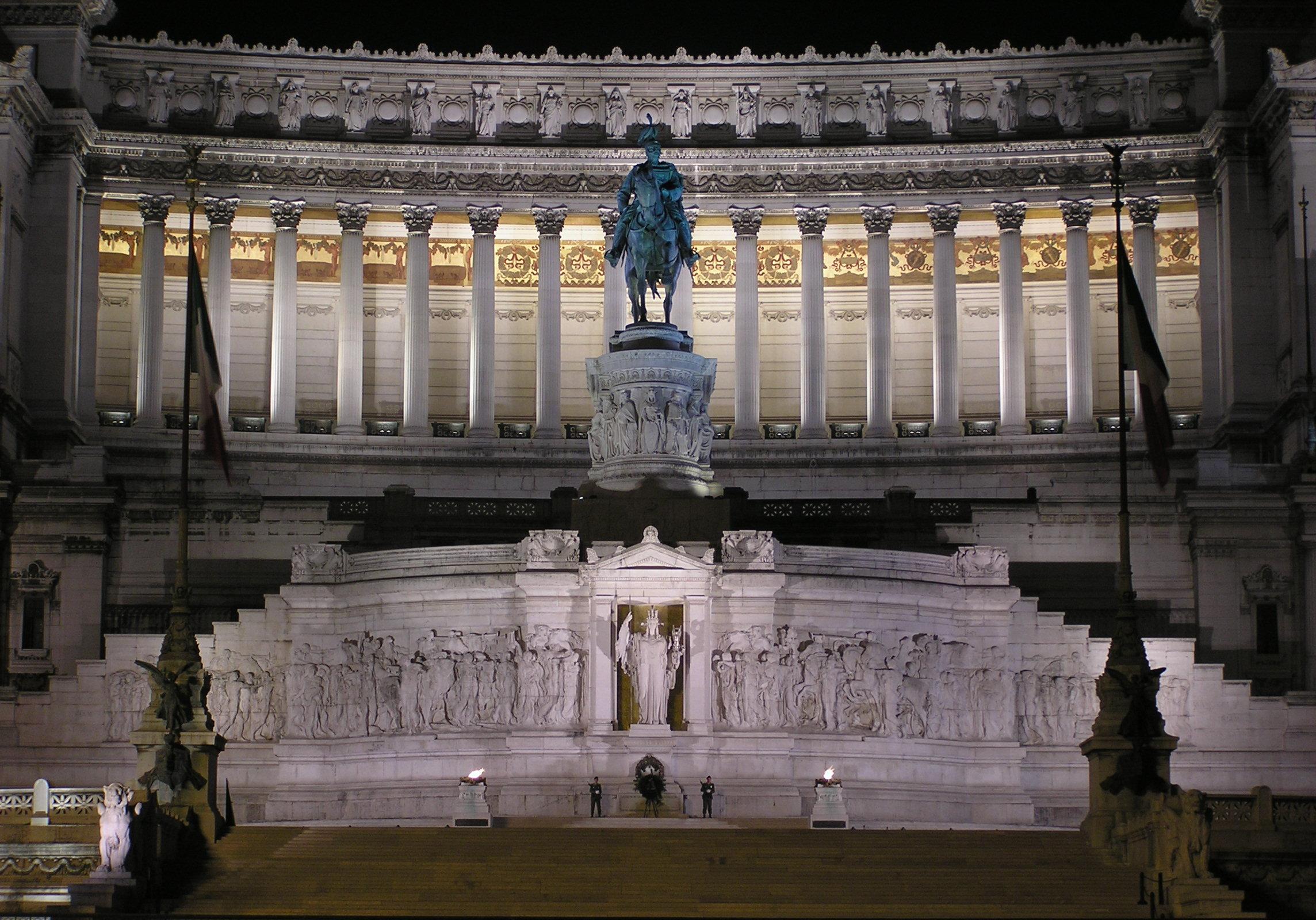 Il Vittoriano visto dal centro di Piazza Venezia