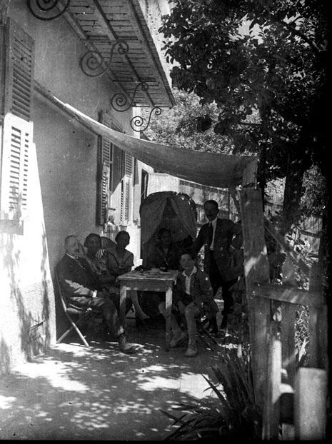 File:Photo de famille attablée sur la terrasse, ombragée par ...
