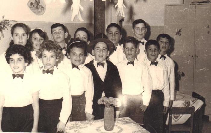 ילדי ניר-עם בהצגה 1949