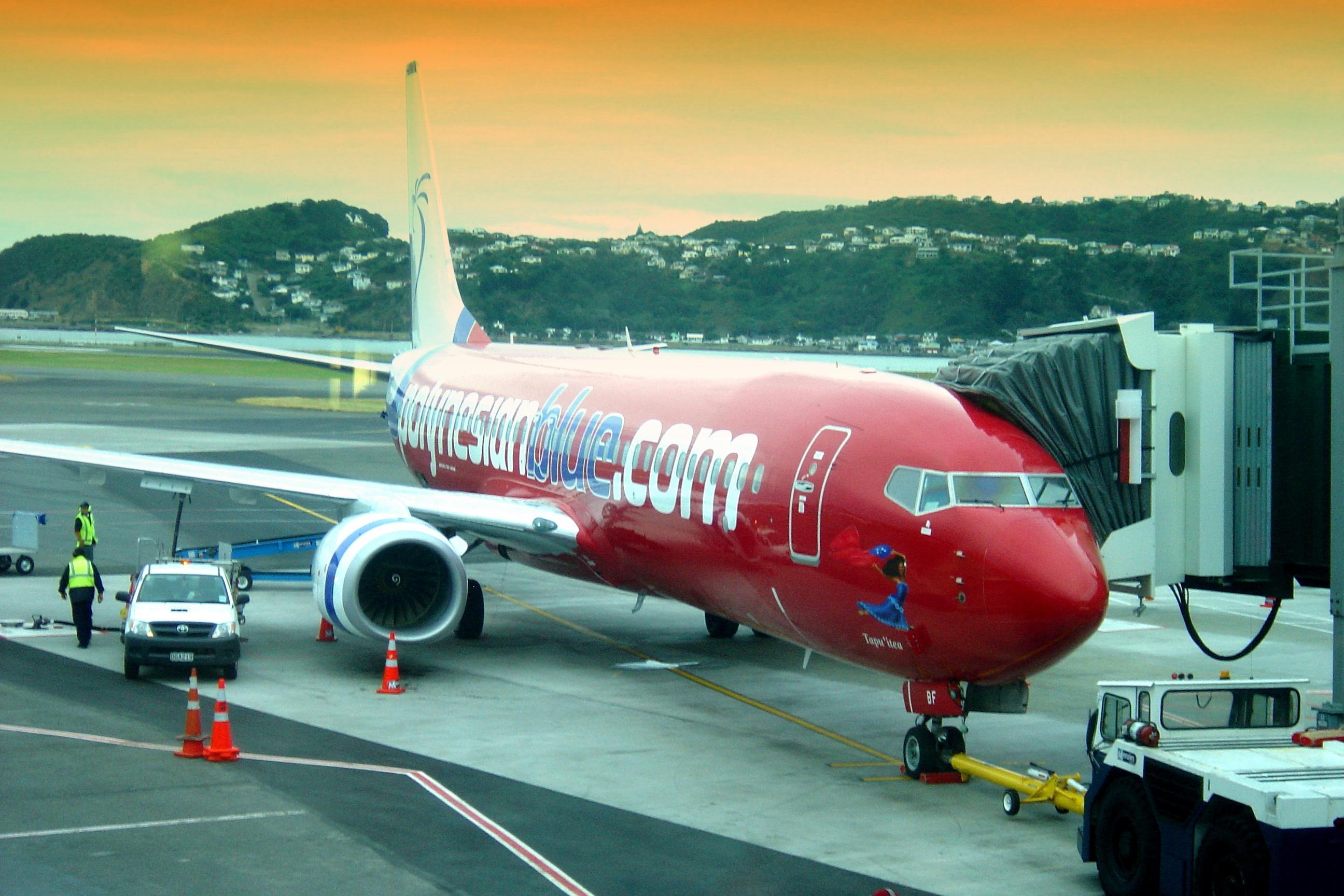 """Fotografía: Si bien es cierto que por un lado aficionados pilotando solos, navegación a ojo y motores a pistón pueden bajar la seguridad aérea a niveles comparables al de las motocicletas, la realidad es que profesionales pilotando en equipo, navegación instrumental sofisticada y motores a turbina hacen que las aerolíneas tengan mayor tasa de seguridad por kilómetro recorrido que cualquier otro medio de transporte. En la foto, un Boeing 737-800 (ZK-PBF, """"Tepu'itea"""") de la Polynesian Blue en el Aeropuerto Internacional de Wellington, Wellington, Nueva Zelanda, el 2 de marzo de 2008. Crédito: Follash, vía Wikimedia Commons."""