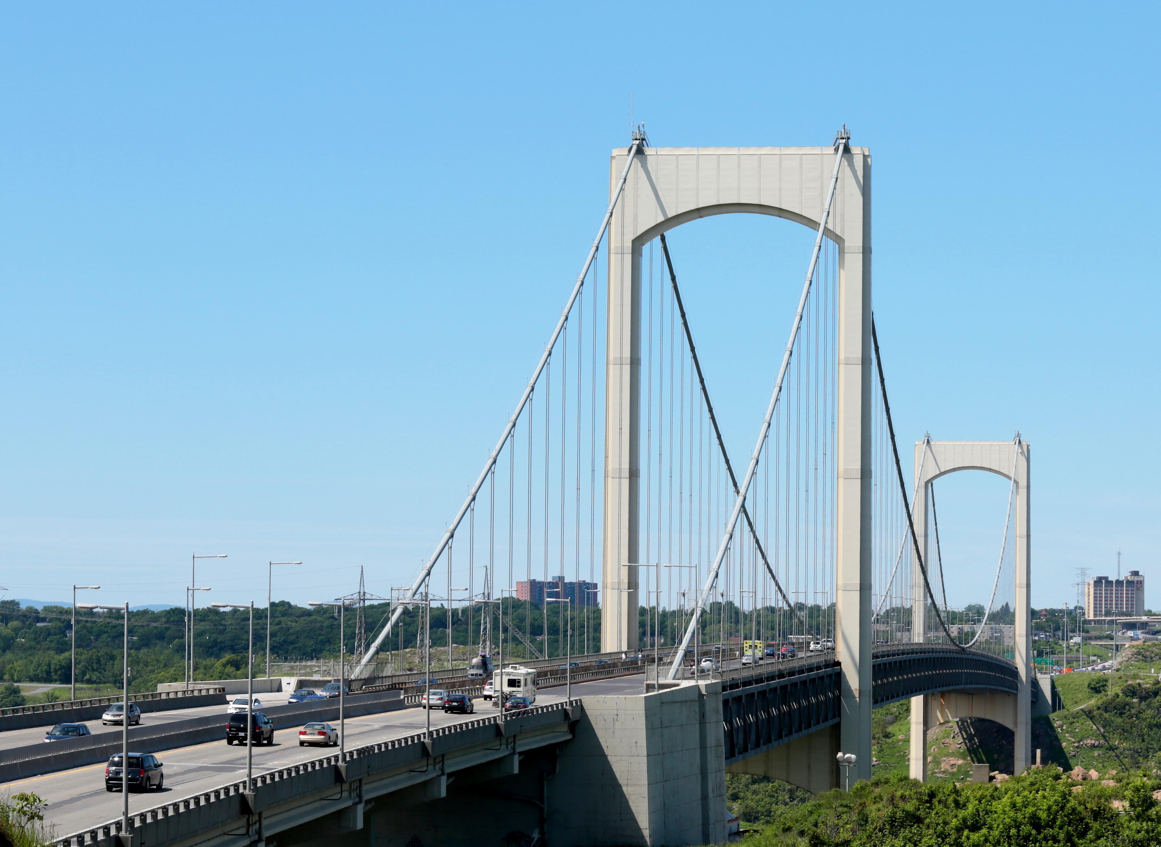 Le pont Pierre-Laporte pourrait supporter beaucoup plus de véhicules si la conduite automatique y était obligatoire. Pourquoi pas dans 10 ans? C'est plus probable qu'un tunnel sous l'île d'Orléans. Note, ceci est une image prise pendant le concours Wikipédia prends Québec! Image: Muriel Leclerc, CC-BY-SA 3.0 (source)