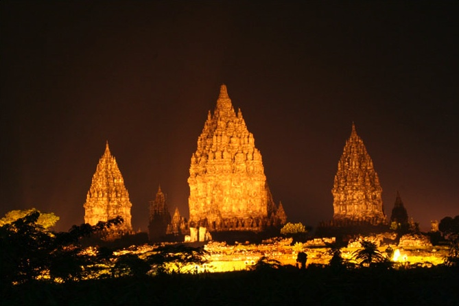 File:Prambanan at night.jpg
