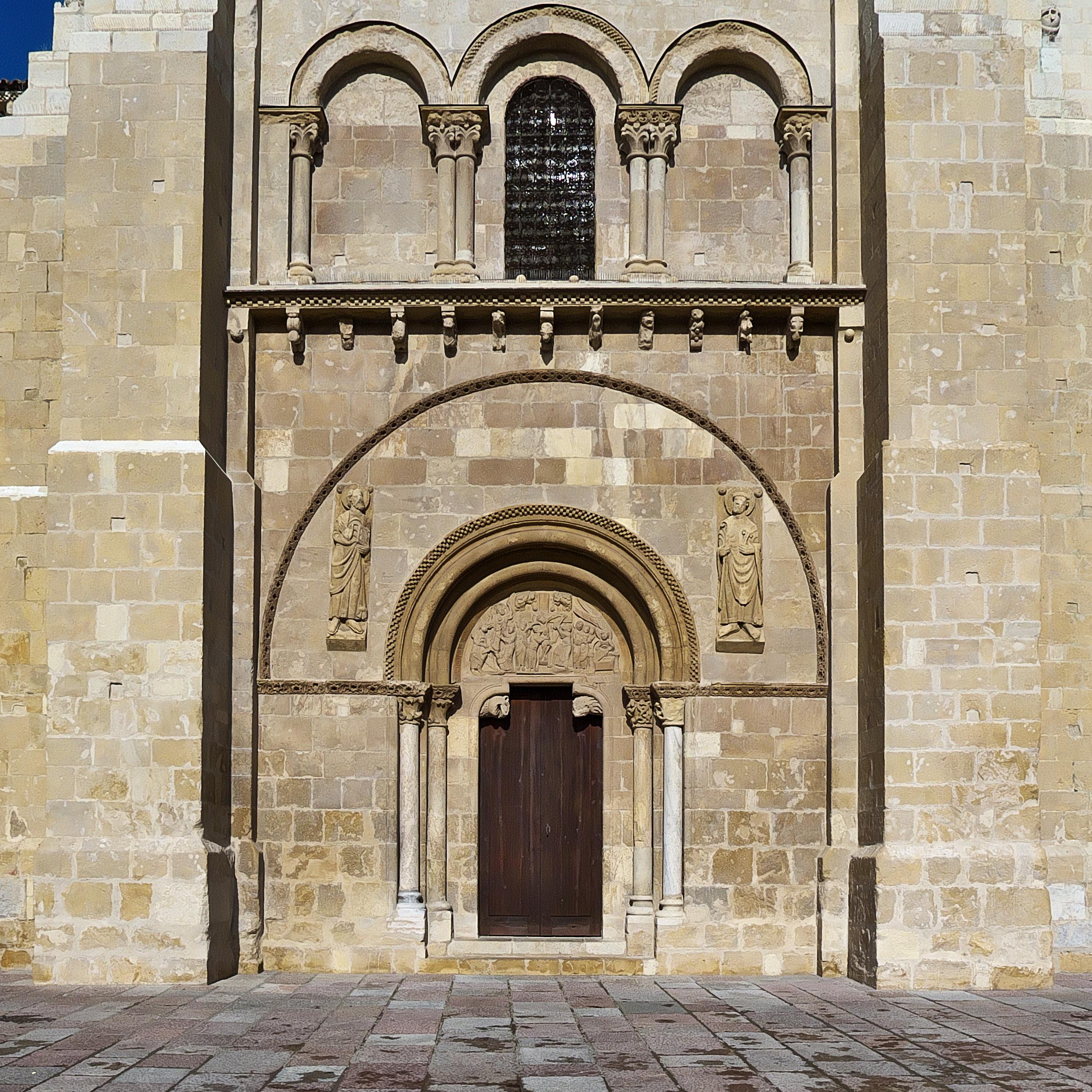 File puerta del perd n real colegiata de san isidoro de for Puerta 3 de san marcos