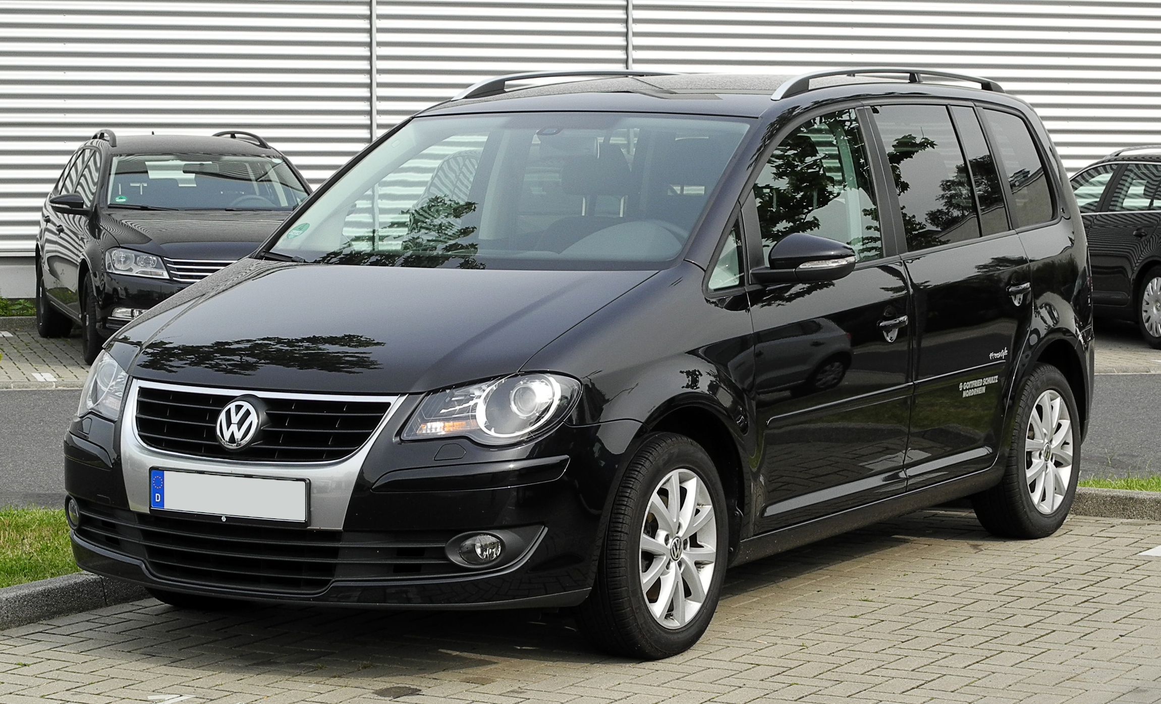 file vw touran freestyle 1 facelift frontansicht 1 12 juni 2011 d. Black Bedroom Furniture Sets. Home Design Ideas