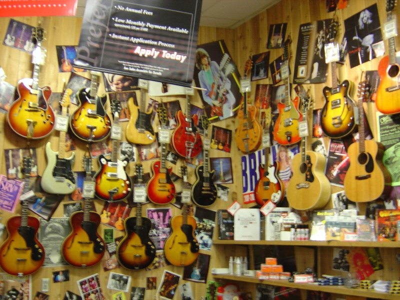 file wall of hollow body guitars guitar wikimedia commons. Black Bedroom Furniture Sets. Home Design Ideas