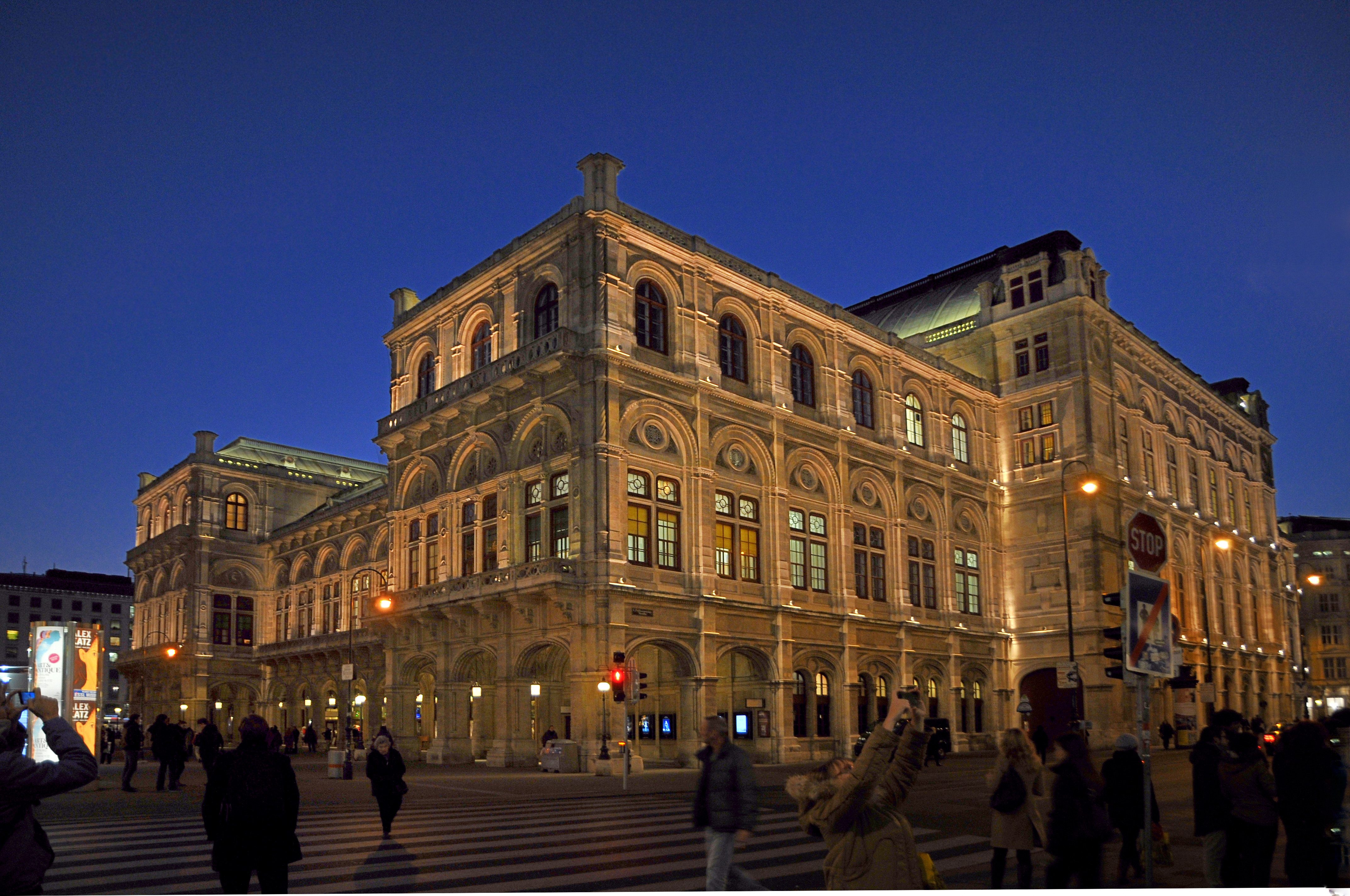 Wiener Staatsoper vs Kärntnerstraße 2.jpg