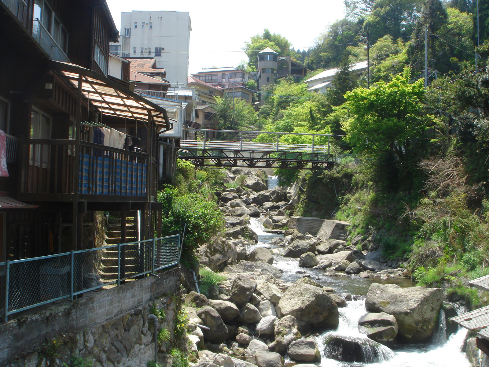 https://upload.wikimedia.org/wikipedia/commons/f/f7/Yunohira_onsen.jpg