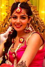 Zara Barring at her Mehndi celebrations (12) (cropped).jpg