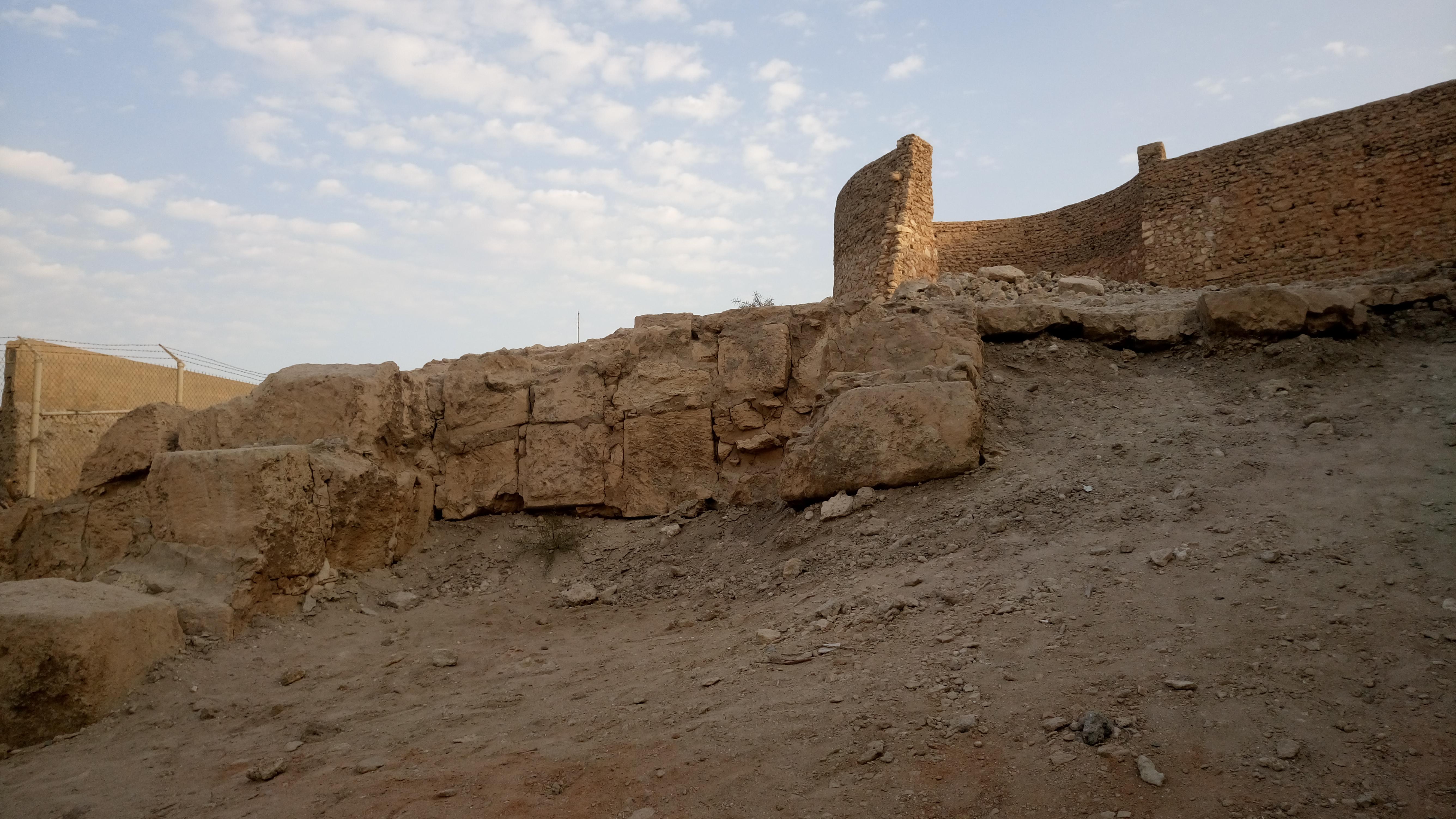 صخور المعبد الأساسي التي بنيت عليه القلعة.