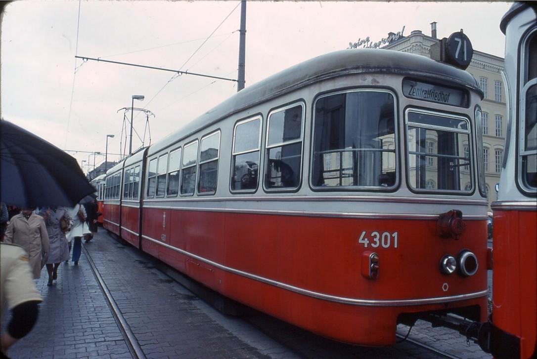 File:041R07240678 Strassenbahn, Typ D 4301, 75 Jahre Wiener  Verkehrsbetriebe.jpg