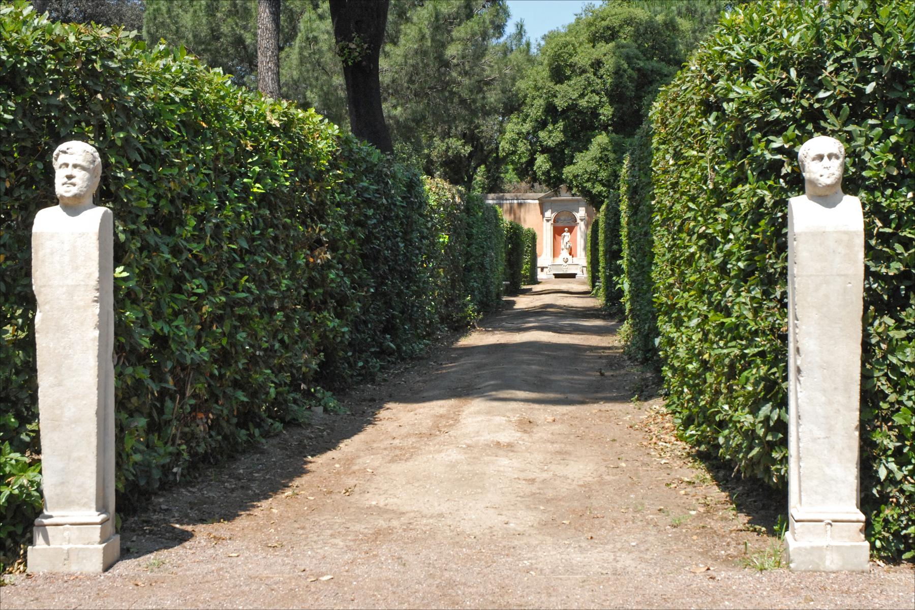 File Allée et Herm¨s dans le jardin de la villa Médicis Rome