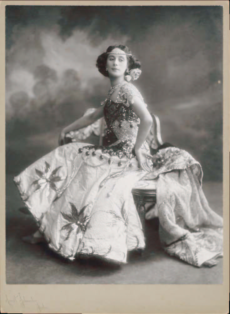http://upload.wikimedia.org/wikipedia/commons/f/f8/Anna_Pavlova.jpg