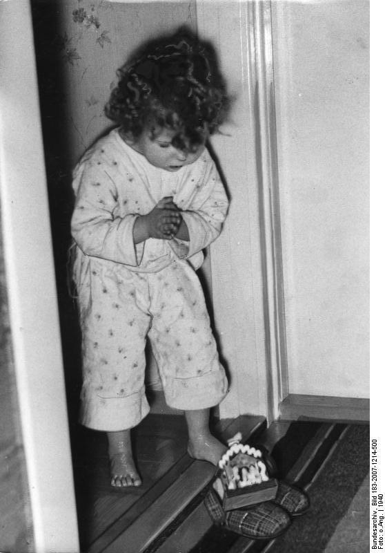 Bundesarchiv Bild 183-2007-1214-500, Nikolausgeschenk.jpg