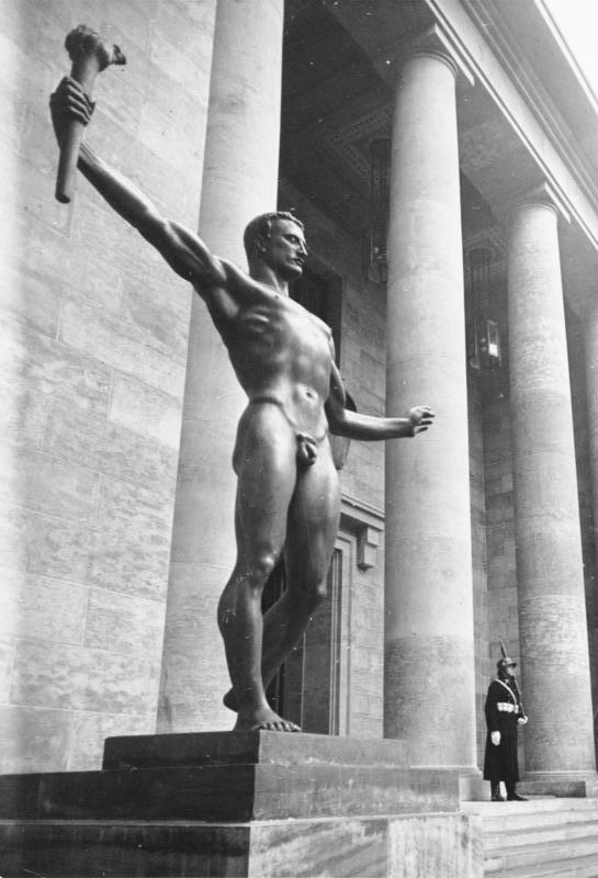 Die Partei. Allegorische Skulptur von Arno Breker, Berlin, Zugang zur Neuen Reichskanzlei