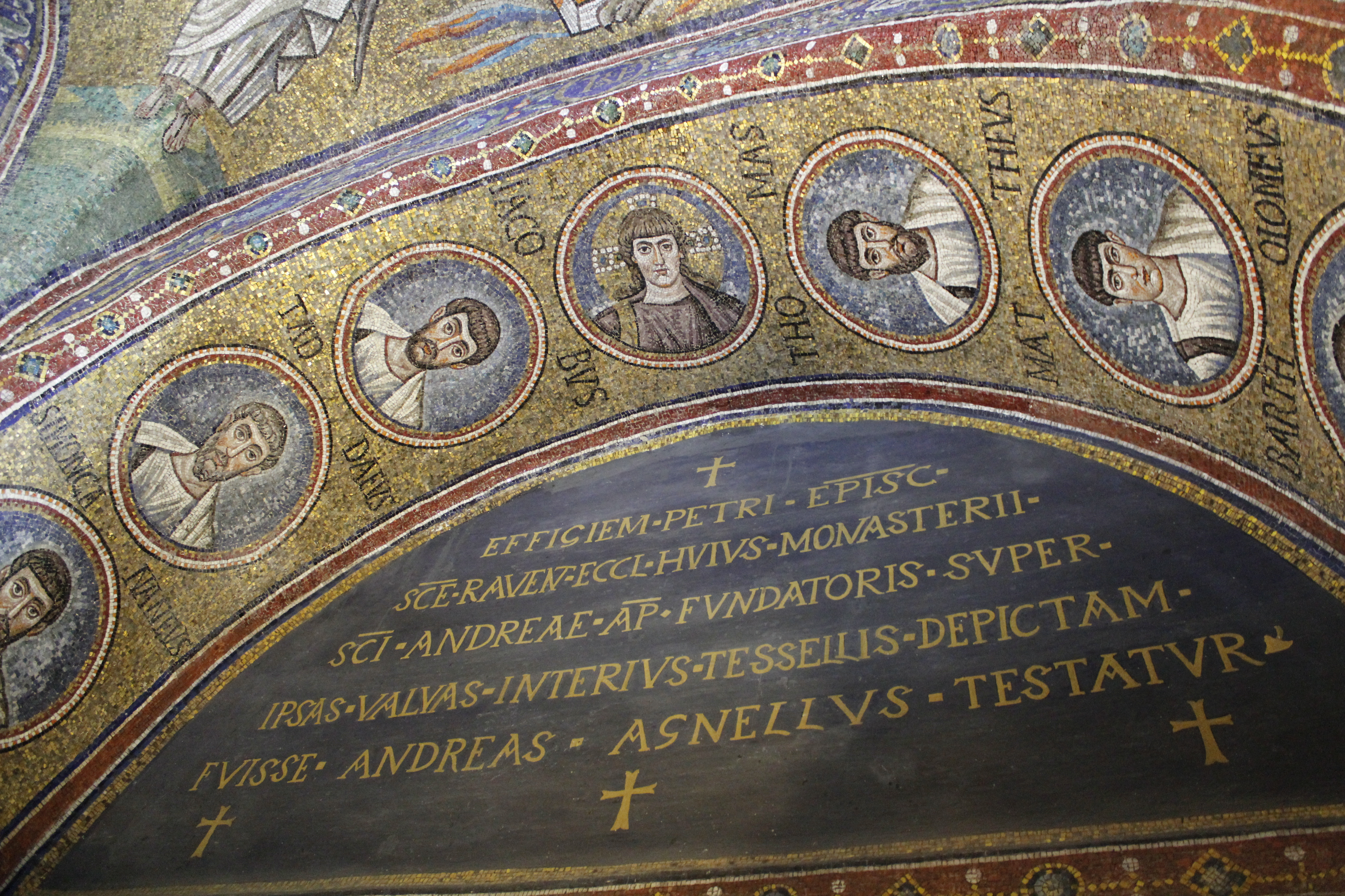 https://upload.wikimedia.org/wikipedia/commons/f/f8/Cappella_arcivescovile_Ravenna_5.JPG