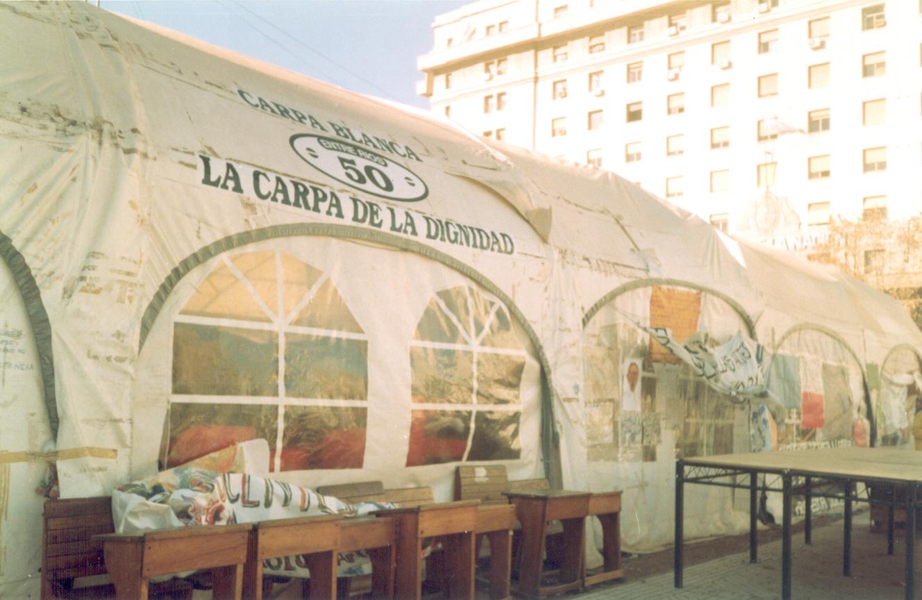 """En 1997 Spinetta visitó dos veces la histórica Carpa Blanca de los maestros en lucha contra la desfinanciación de la educación pública, que Spinetta definía como una expresión del """"suicidio nacional"""". En 2006, Spinetta recibiría del sindicato docente, con otras personas, el nombramiento como """"Maestro de vida""""."""
