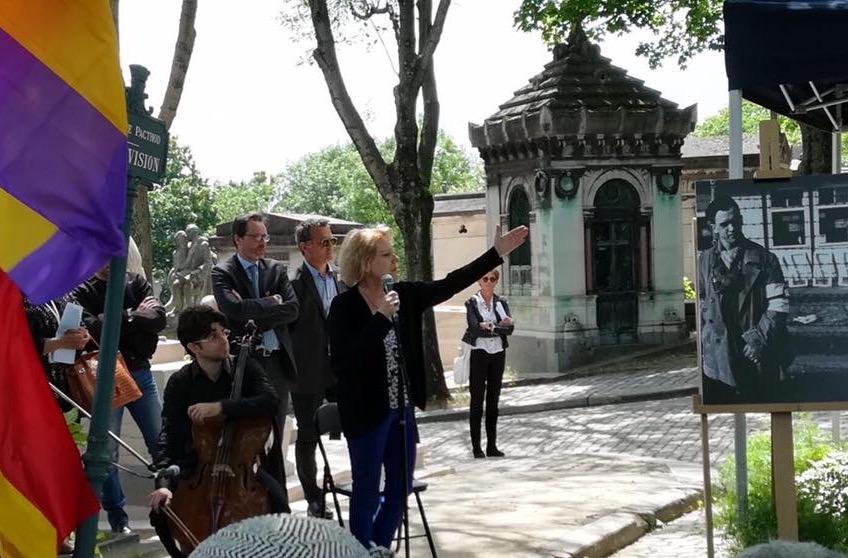 Cantando en el cementerio del Père-Lachaise