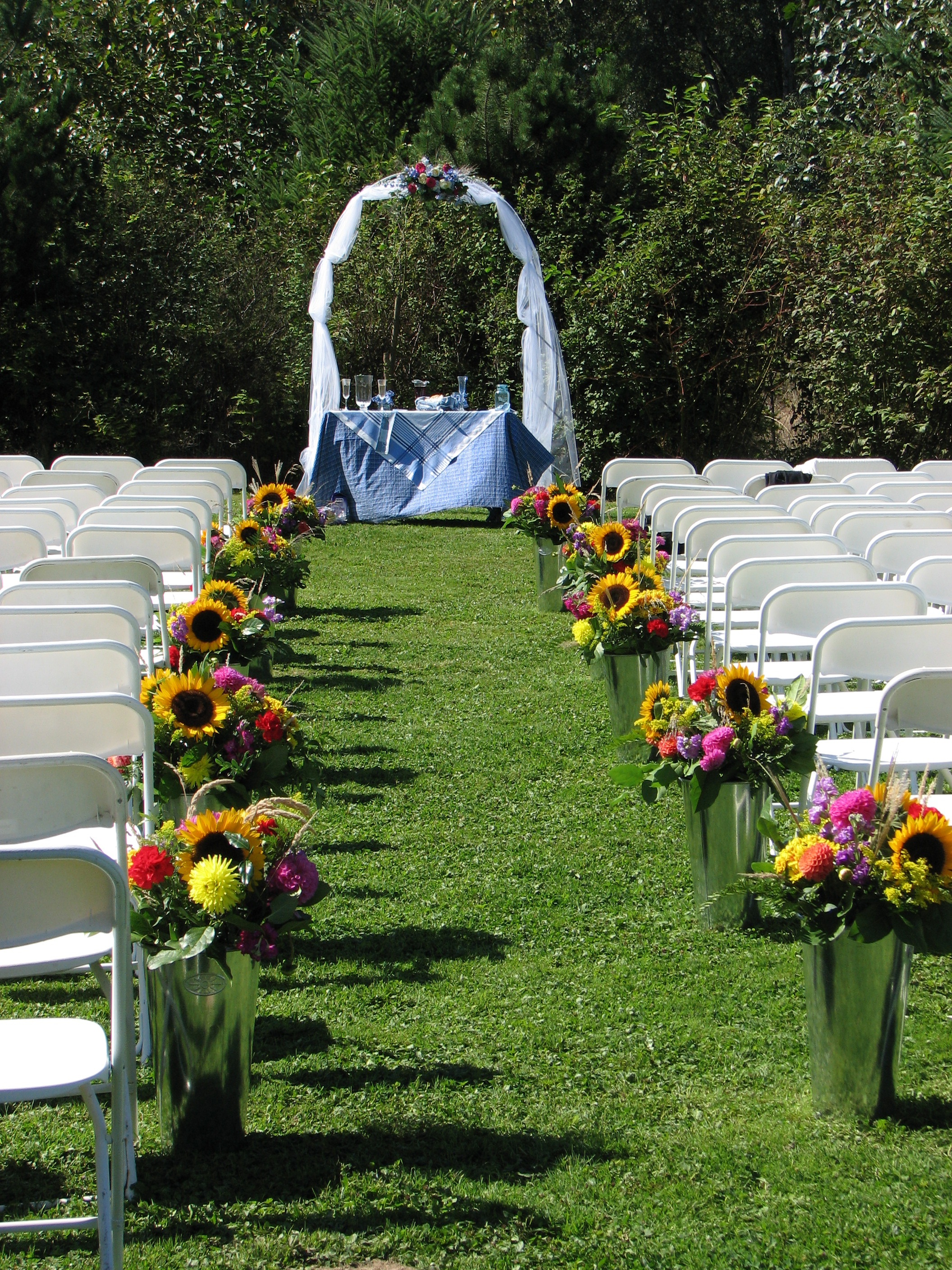 File country wedding aisle jpg wikimedia commons for Aisle decoration for wedding