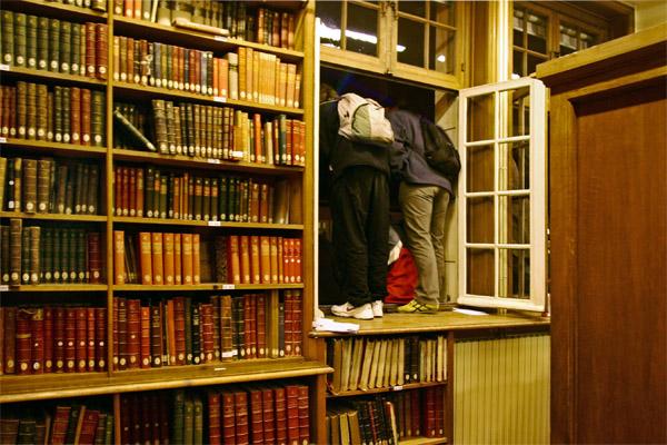 Etudiants penchés à une fenêtre dans la bibliothèque de l'École des Chartes à la Sorbonne. Source : Zaniol Simone/Wikipédia