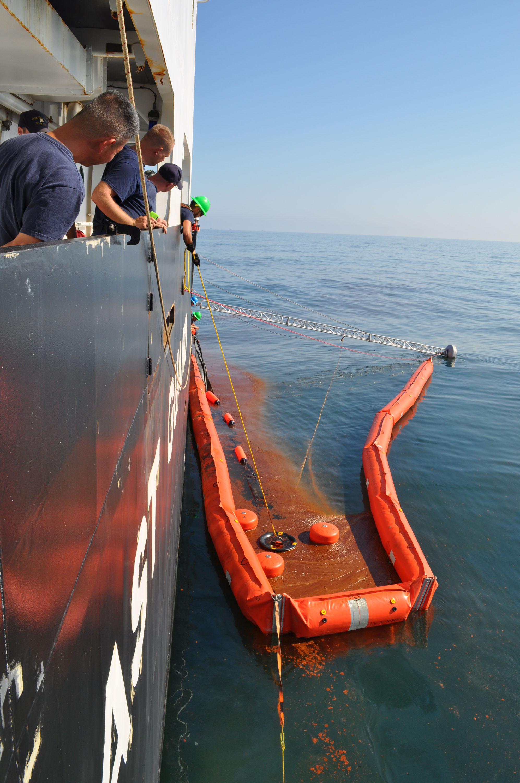 file deepwater horizon oil spill skimming response jpg  file deepwater horizon oil spill skimming response jpg