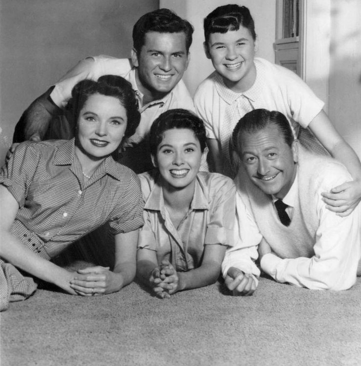 https://upload.wikimedia.org/wikipedia/commons/f/f8/Father_Knows_Best_cast_1959.JPG