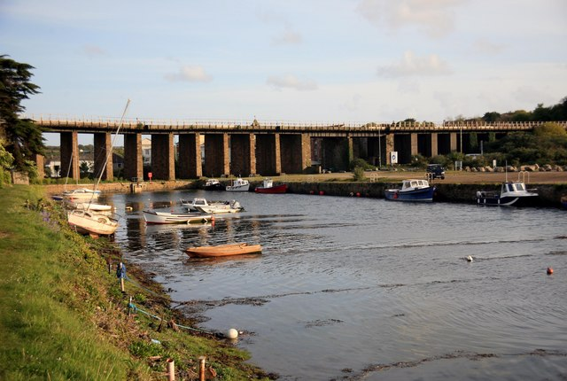 File:Hayle viaduct - geograph.org.uk - 1880018.jpg