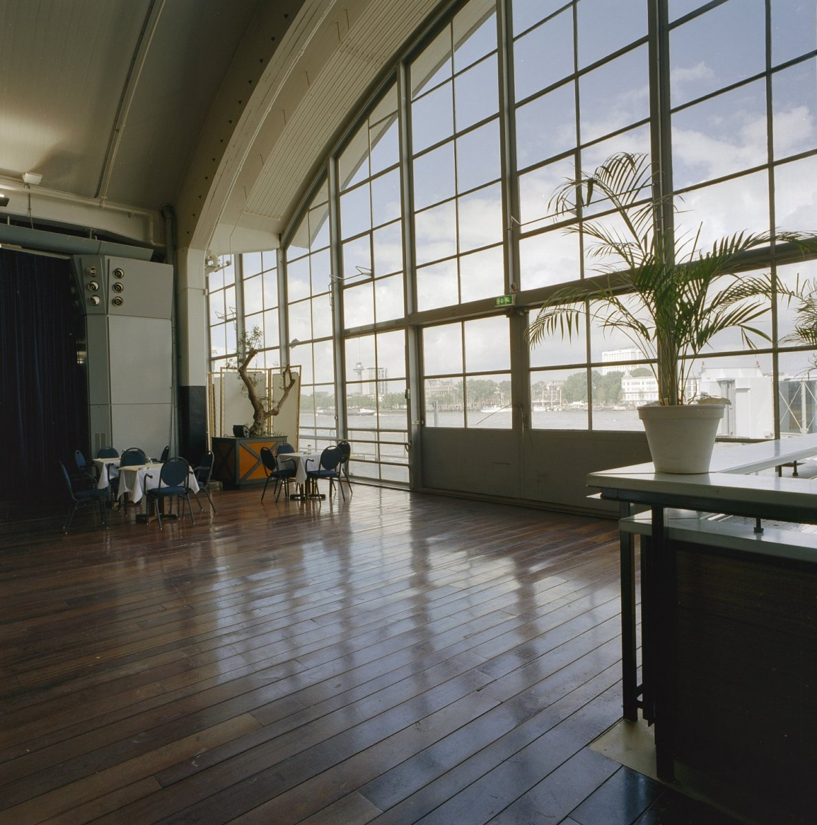File Interieur Glazen Wand Met Uitzicht Over Het Water