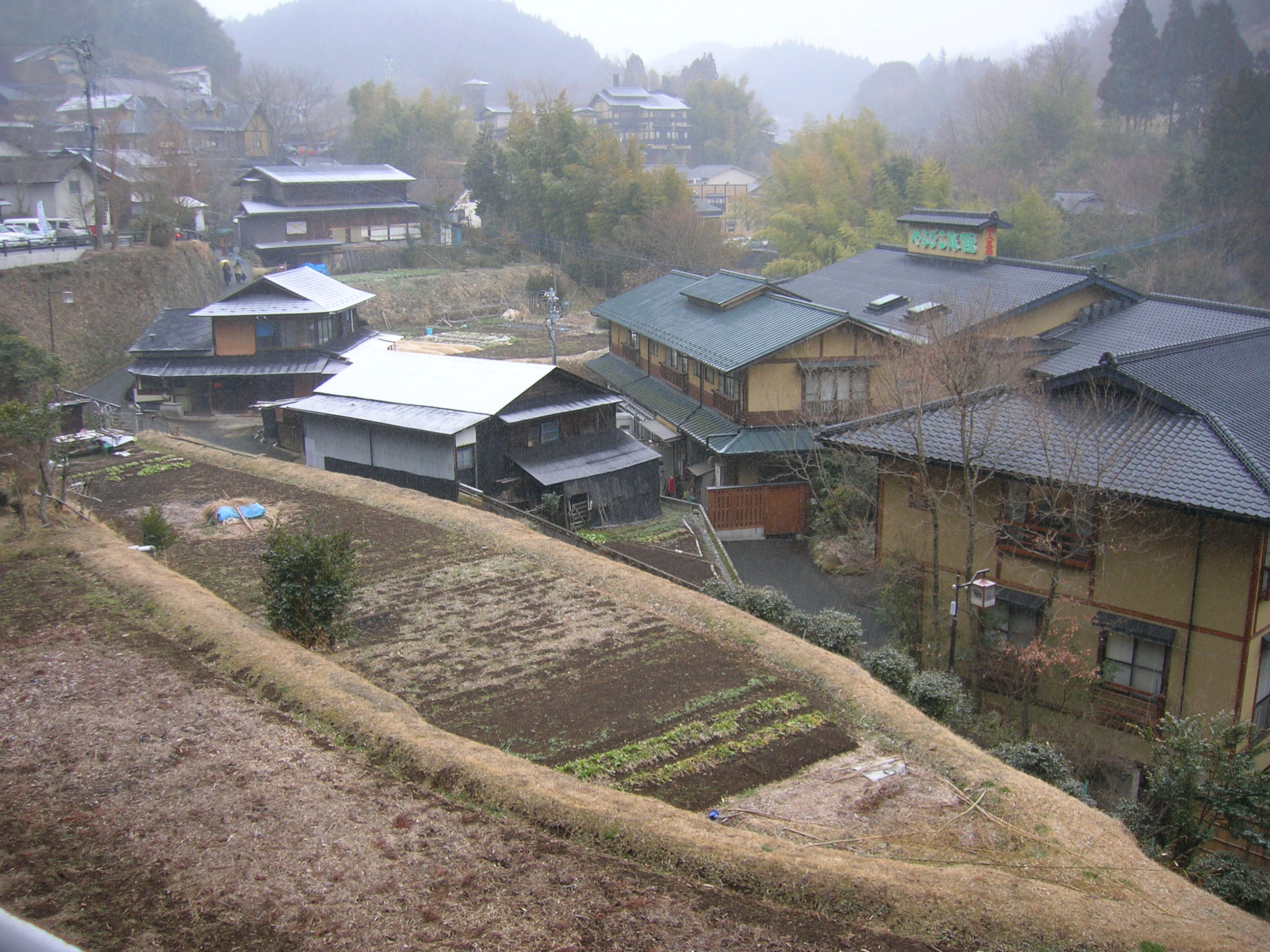https://upload.wikimedia.org/wikipedia/commons/f/f8/Kurokawa_onsen_001.JPG