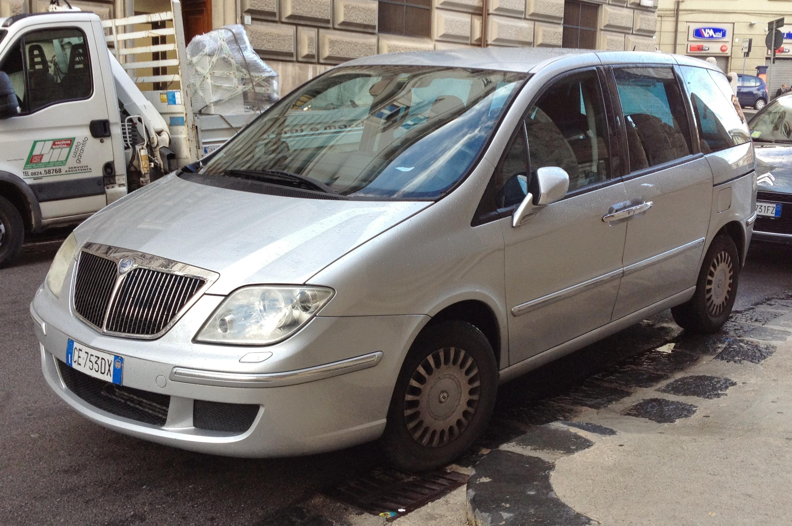 https://upload.wikimedia.org/wikipedia/commons/f/f8/Lancia_Phedra.jpg