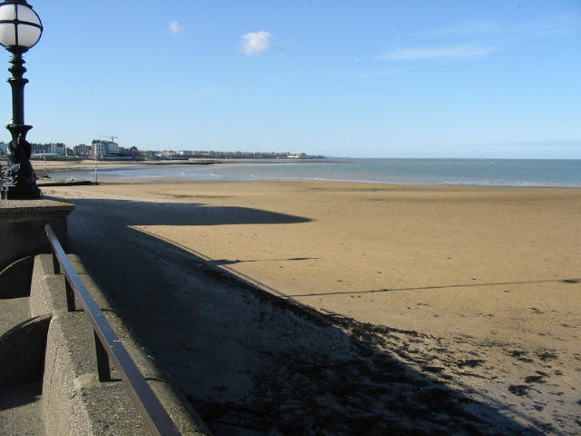 https://upload.wikimedia.org/wikipedia/commons/f/f8/Margate_beach%2C_deserted_in_October_sunshine_-_geograph.org.uk_-_1032944.jpg