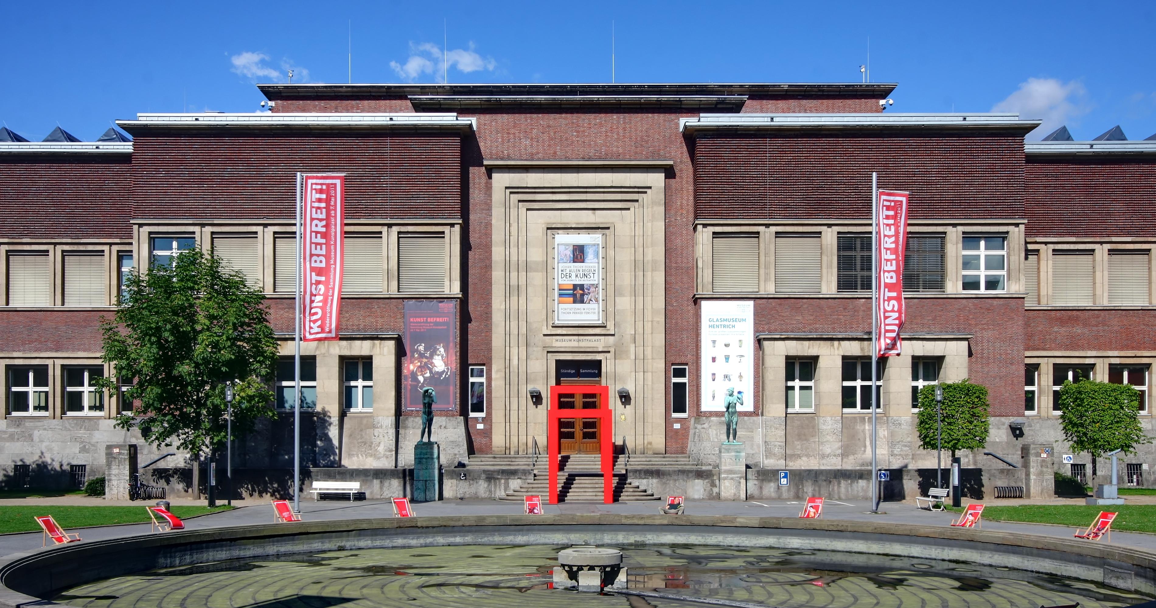 file museum kunstpalast eingang westflügel und brunnen 8167 69