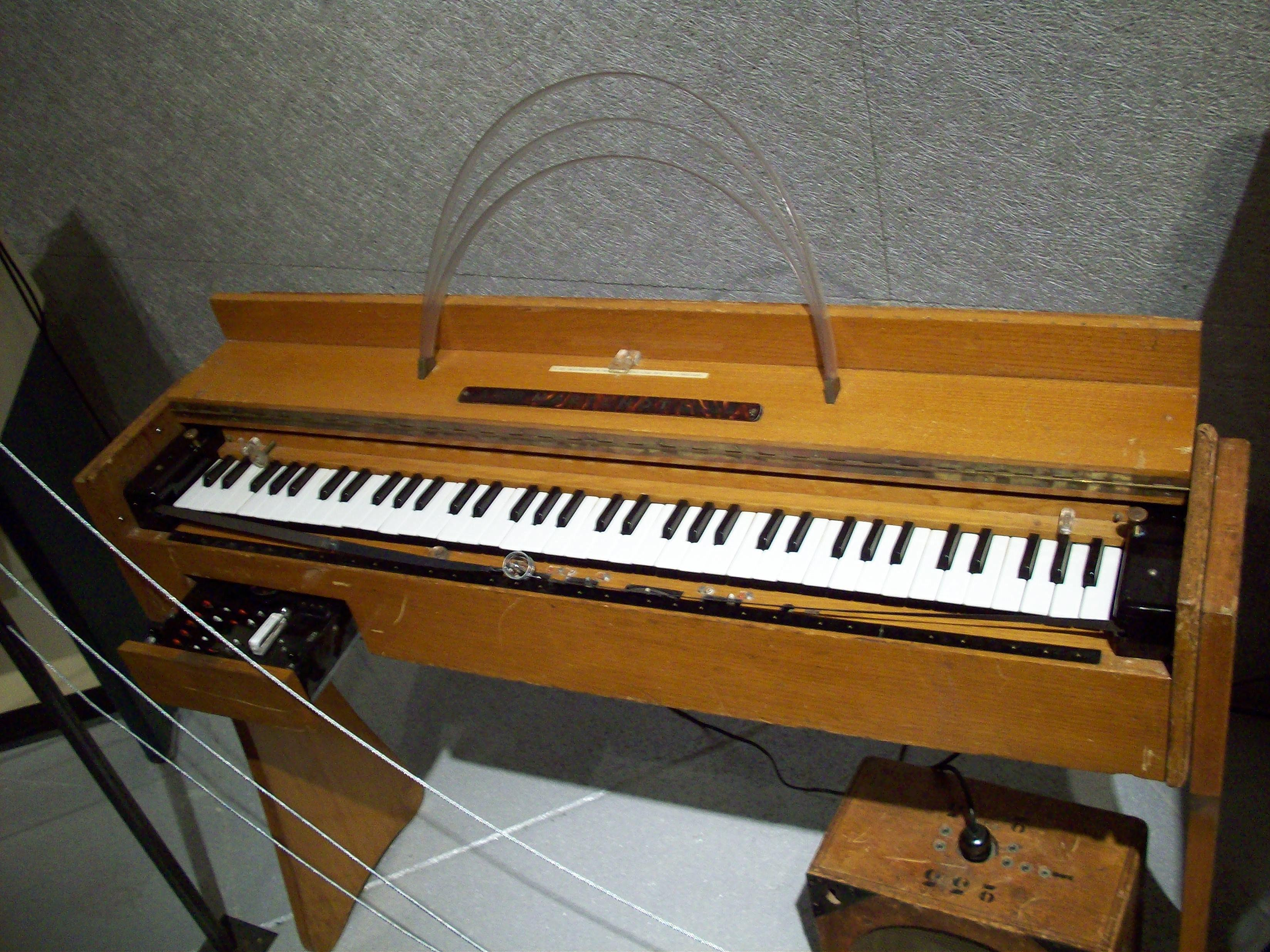 Reading03 besides How To Use a EF86 together with File Ondes Martenot  1960 furthermore Watch likewise Theremin. on vacuum tube circuit